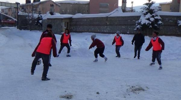 Hakkarili Bayan Futbolcular Kar Kiş Dinlemedi