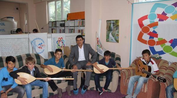 Hakkarili Öğrenciler Eğitim Görüyor, Hem De Müzik Öğreniyor