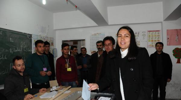 Hakkari'nin Kadın Başkan Adayı Oyunu Kullandı