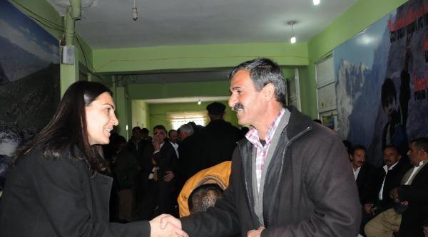 Hakkari'nin Kadın Belediye Başkanı Tebrikleri Kabul Etti