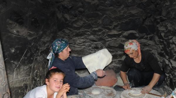 Hakkari'nin Tandırlarında Iraklilar İçin Ekmek Pişti