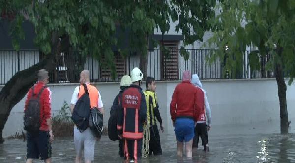 Halı Saha Sular Altında Kalınca Binanın Üstüne Çiktilar
