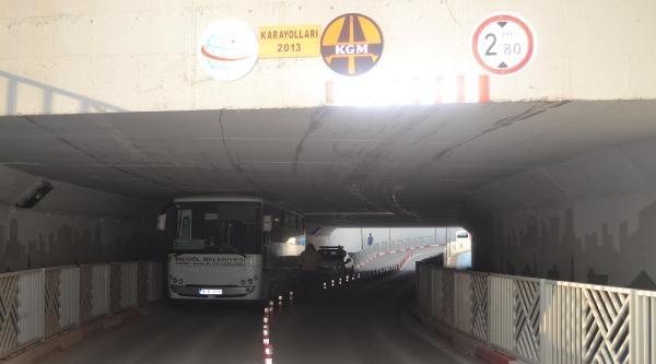 Halk Otobüsü Alt Geçitte Sıkıştı