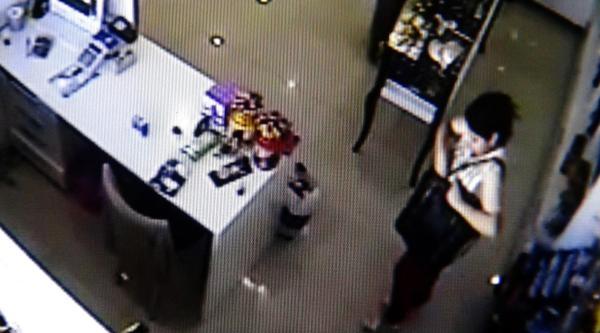 Hamile Kadın Hırsızlık Yaparken Kameraya Yakalandı
