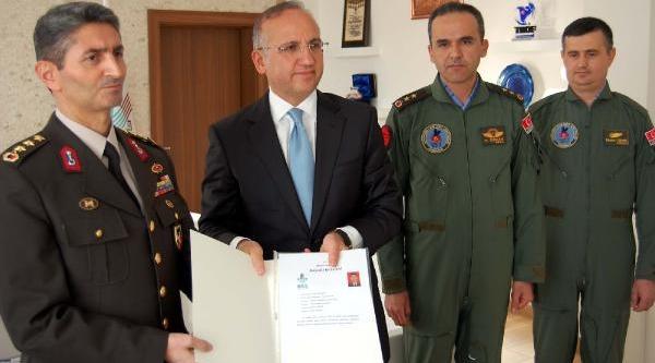 Hamile Kadini Hastaneye Yetiştiren Askeri Helikopterin Pilotlarina Takdirname