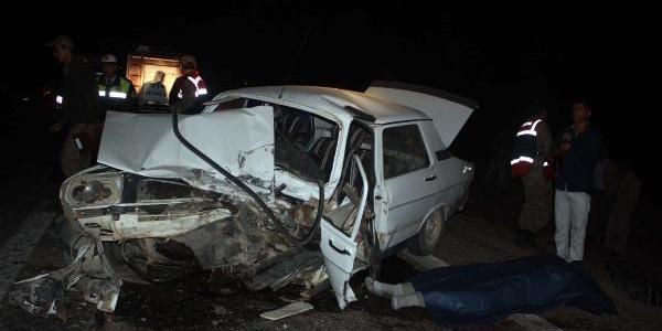 Hata Solla Yapan Otomobil, Minibüsle Çarpişti: 2 Ölü