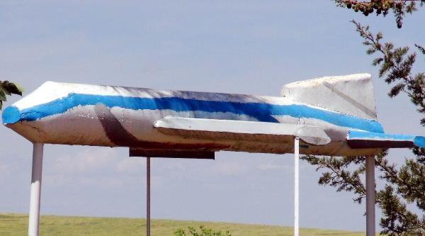 Hava Korsanının Maket Uçaklı Mezarı