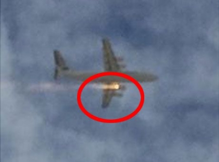 Havada panik... Uçak motoru böyle alev aldı!