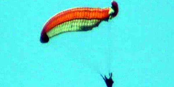 Havada Paraşütü Kapanan Pilot 400 Metreden Kayaliklara Çakildi