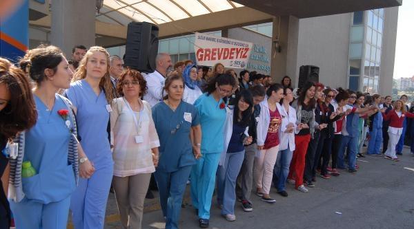 Hemşireler Haftası'nda Sağlık Çalişanlari İş Bıraktı