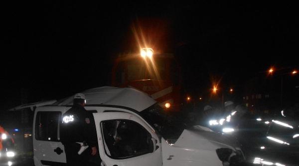 Hemzemin Geçitte Tren Otomobile Çarpti: 2 Ölü