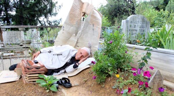 Her Gün Eşinin Mezarında Yatıyor