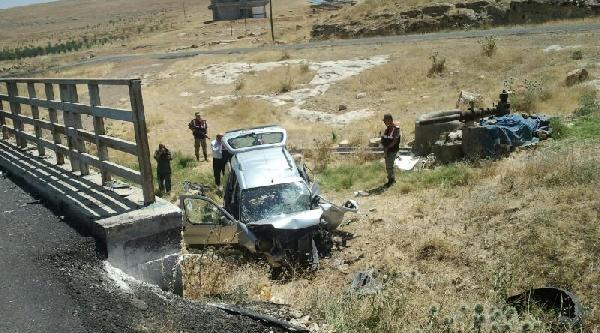 Hilvan'da Hafif Ticari Araç Devrildi: 2 Yaralı