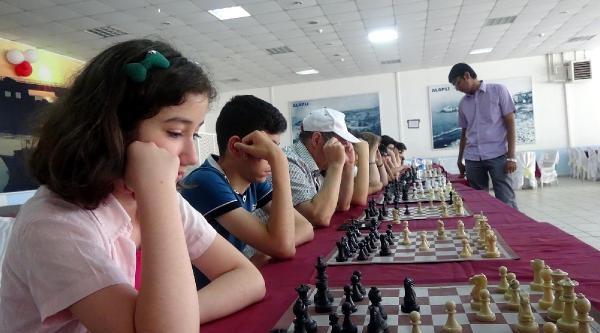 Hindistanlı Satranç Ustası 15 Kişiyi Aynı Anda Yendi