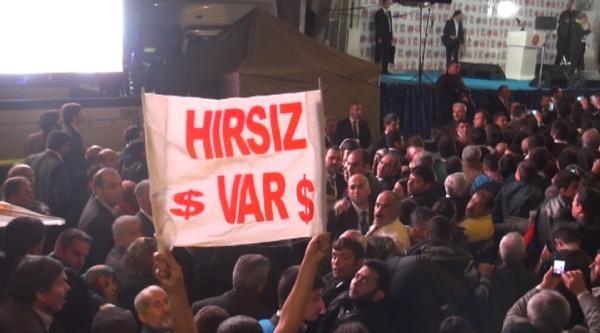 'hırsız Var' Pankartı Açan Alıcı: Başbakanın Korumları Ellerimi Kelepçeleyip Copla Dövdü