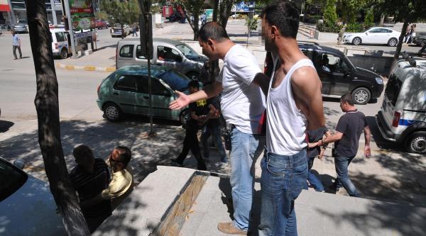 Hırsızlık Şüphelilerine Kapı Kilidi Fırlattı