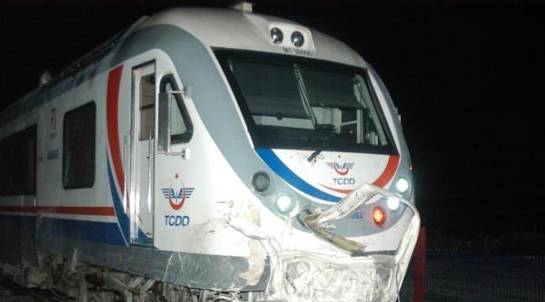 Hızlandırılmış Tren Minibüse Çarpti: 1 Yaralı