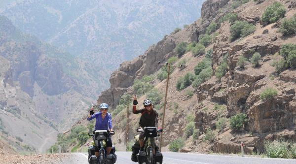 Hollandalı Çift Bisikletle Hakkari'ye Geldi