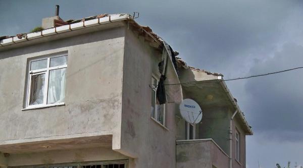 Hortum, Köy Evlerinin Çatisini Uçurdu