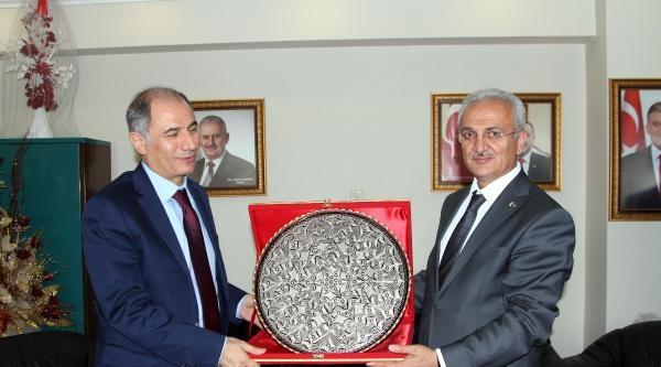 İçişleri Bakanı Ala: Bayrağı İndirmeye Çalişanin Cezası Anında Verilmeli