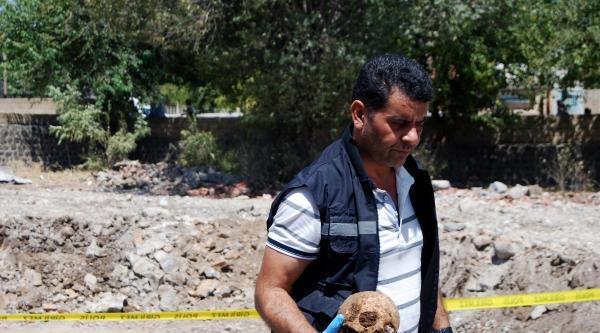 İdil'de Eski Sağlık Ocağı Bahçesinde 3 İnsan Kafatası Ve Kemikler Bulundu