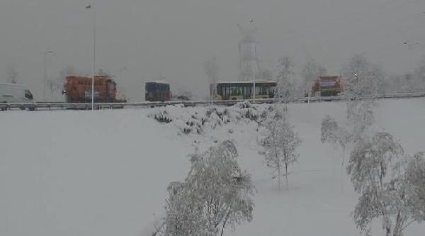 Iett Otobüsü Buz Tutan Yolda Kaldi