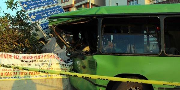 Iett Otobüsü Ile Hafriyat Kamyonu Çarpişti: 1 Ölü, 10 Yarali (2)