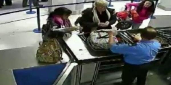 Iki Kadin Manchester Havaalaninda Böyle Soyundu