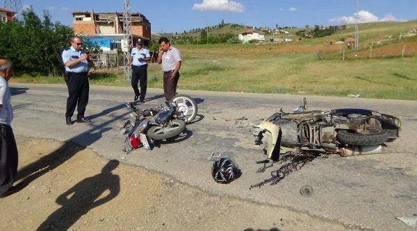 İki Motosiklet Çarpişti: 3 Yaralı