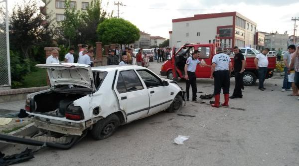 İki Otomobil Çarpişti: 1 Ölü