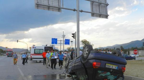 İki Otomobil Çarpişti : 8 Yaralı