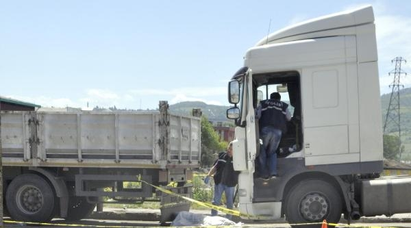 İki Tır'ın Arasında Sıkışan Sürücü Öldü