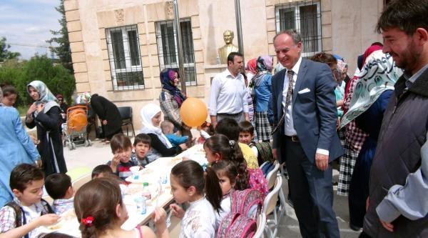 İmam Hatipli Kızlar, Harçlıklarıyla Suriyeli Çocuklara Yemek Ismarladi