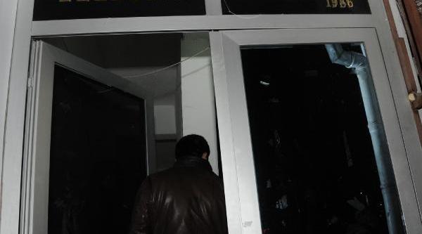 Imam Hutbede Bakanlari Savununca, Bir Grup Camiyi Terk Etti