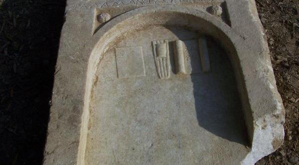 Inegöl'De Yol Çalişmasi Sirasinda Roma Mezartaşlari Bulundu