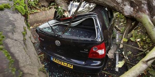 Ingiltere'de Etkili Olan Firtinada 3 Kişi Öldü, 270 Bin Ev Elektriksiz Kaldi
