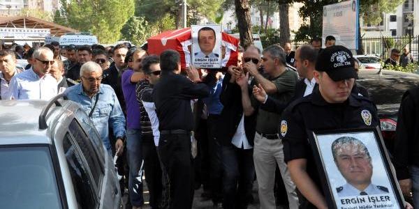 Intihar Eden Meslektaşlari Için Polisten 'mandalli' Protesto