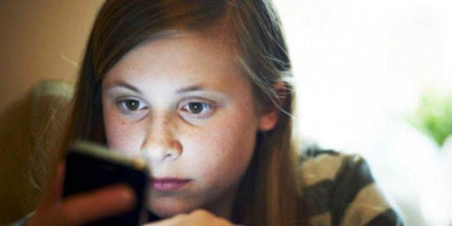 iPhone'unu elinden alan annesine bakın ne yaptı!