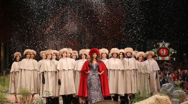 Irina Shayk Yırtık Elbiseyle Podyuma Çikti (2)
