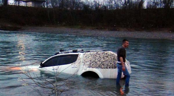 Irmakta Yıkadığı Kamyoneti Suya Gömüldü