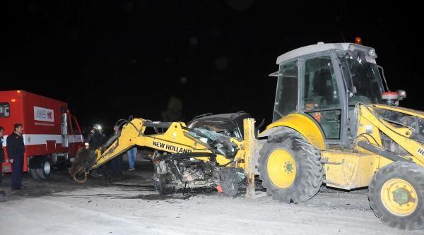 İş Makinasına Çarpan Hafif Ticari Aracın Motoru 70 Metre İleri Savuruldu: 1 Ölü