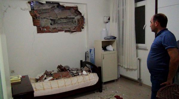 İş Makinesi Apartman Dairesinin Duvarını Deldi