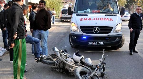 Iş Makinesine Çarpan Motosikletin Sürücüsü Yaralandi