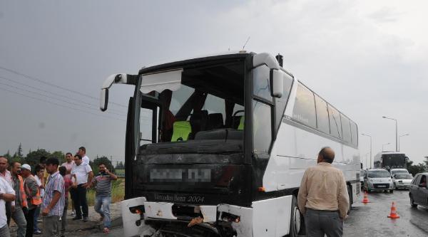 İşçi Otobüsü Minibüse, Minibüs Otomobillere Çarpti: 15 Yaralı