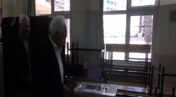 İşçi Partisi Genel Başkanı Doğu Perinçek Oyunu Kullandı