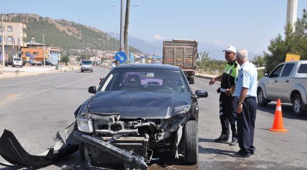 İslahiye'de Ambulans İle Otomobil Çarpişti