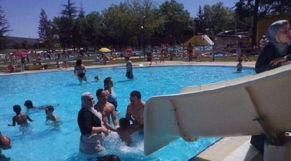 İspanya'da Tesettürle Havuza Girmeye Yasak
