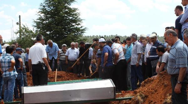 Isparta'daki Kazada Ölen Baba, Kız Ve Torun Yan Yana Toprağa Verildi