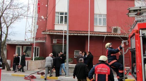 Istanbul Gençlik Ve Spor Il Müdürlüğü'nde Yangin Paniği
