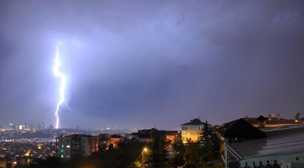 İstanbul Yıldırımlarla Aydınlandı